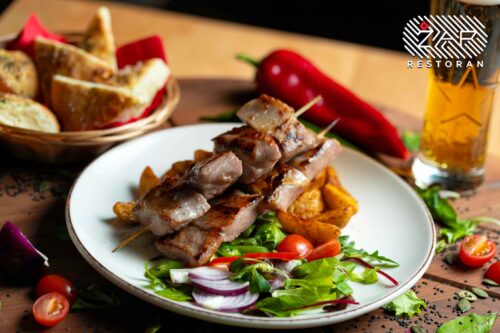 jela-sa-rostilja-svinjski-raznjici-restoran-zar